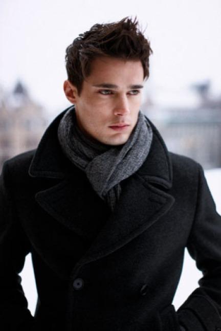 Manteau foncé et écharpe grise