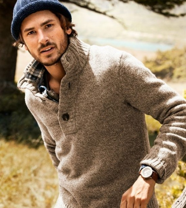 Le guide des pulls d 39 hiver pour les hommes monsieur style for 70 portent un pull bleu
